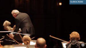 指揮者が何やらゴソゴソとし出したと思ったら?