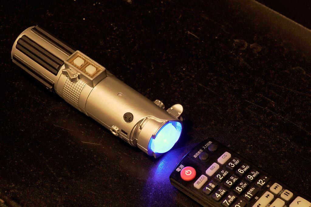 ライトセーバー型リモコンに信号を直接読み取らているイメージ