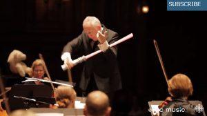 「エアーバイオリン」で演奏を始める指揮者