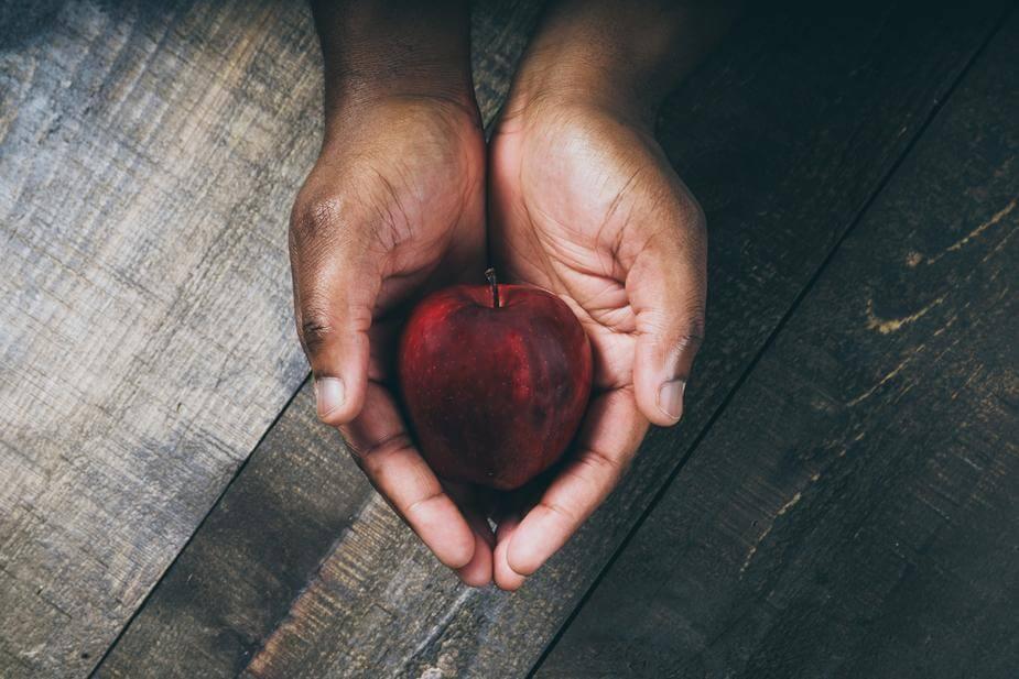 手の平の中にあるリンゴ