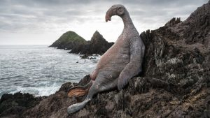 だらんと日光浴をしている哺乳類クリーチャー、タラ=サイレン(thala-siren)